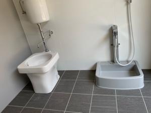 マンション通用口の足洗い場写真 ペット共生型賃貸「LANITOYONAKA」にて撮影