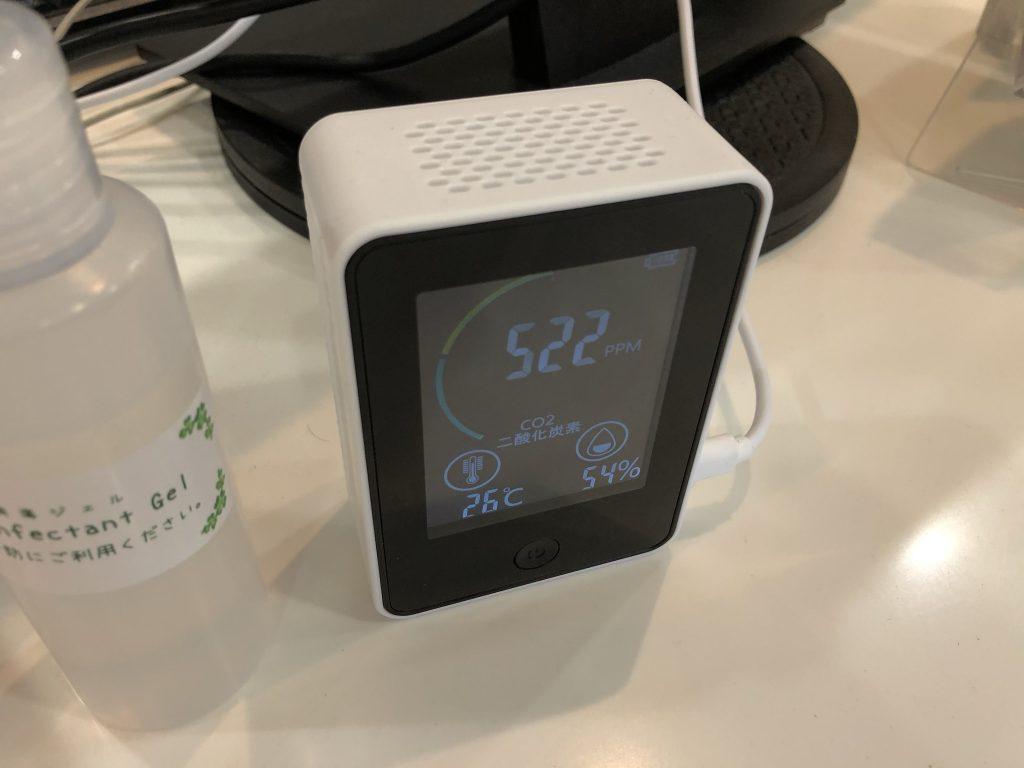 店内換気の目安にCO2濃度計測器を設置しています。